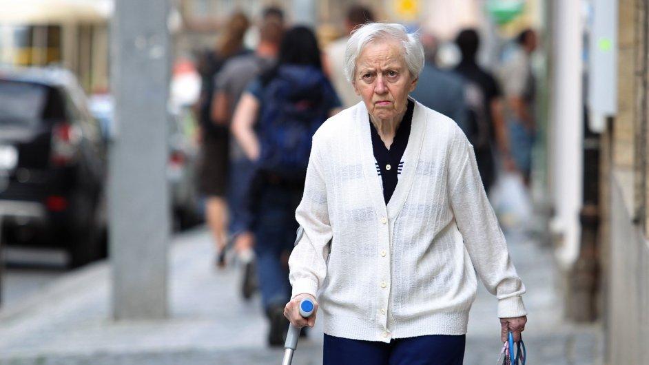 Důchodkyně na ulici