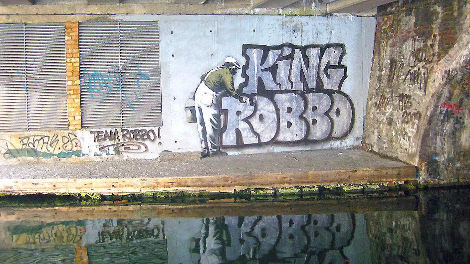 Robbovo graffiti ve čtvrti Camden poté, co jej přesprejoval Banksy.