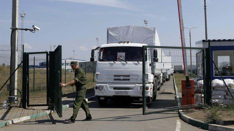 Pohraniční stráž otevírá ruskému konvoji cestu na Ukrajinu.