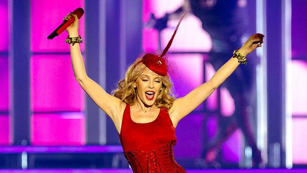 Na �erven� a r�ov� vybarvenou Kylie Minogue v Praze p�i�lo 6 tis�c lid�