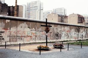 Krev 140 lidí se z Berlínské zdi nedá smýt. Po 25 letech, ani později