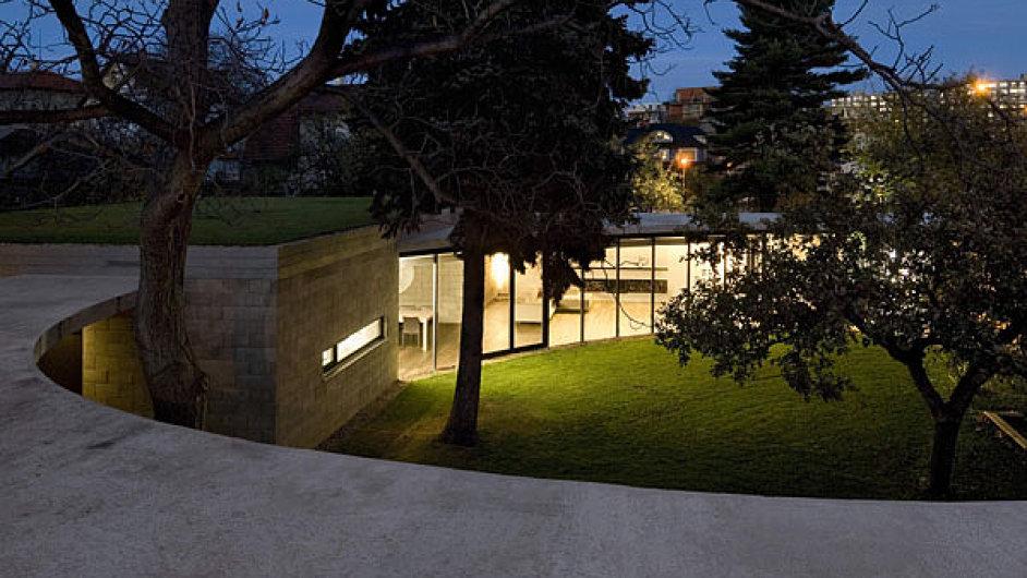 Zahrada je srdcem domu. Určila charakter přístavby a podle dvojice krásných stromů architekti odvodili konečnou podobu střechy.