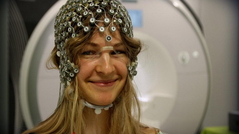 Žena se speciální čepicí s elektrodami.