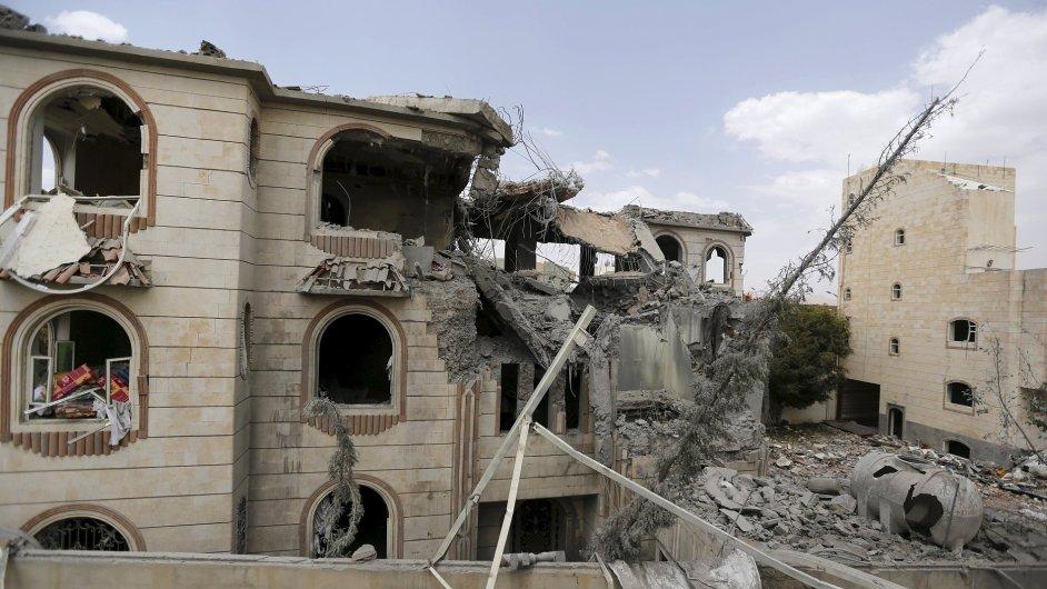Při náletech v Jemenu zemřelo v pondělí téměř 180 lidí.