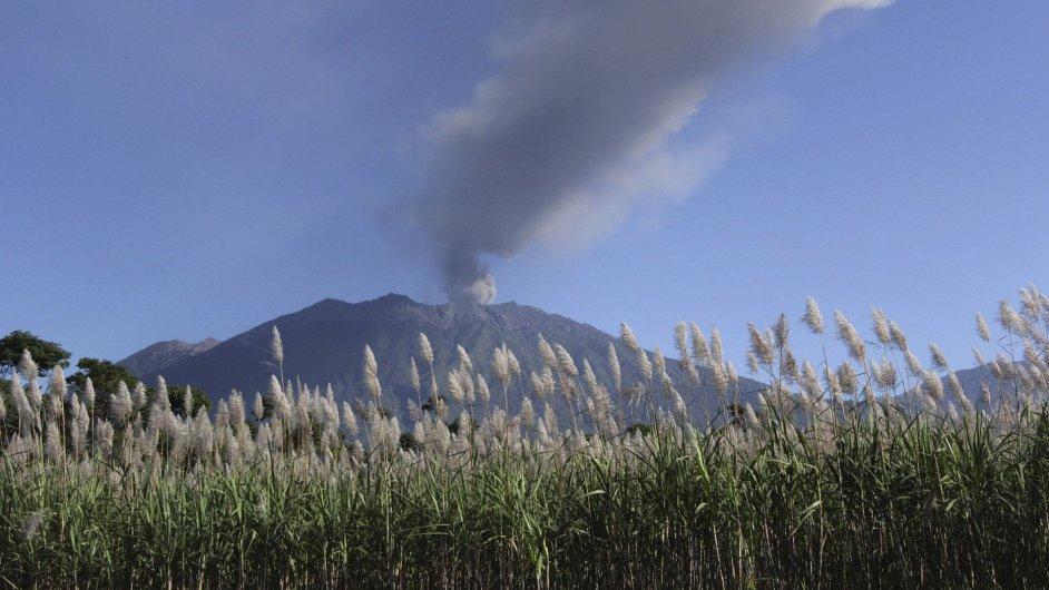 Sopka Mount Raung na východní Jávě chrlí dým a popel již více než týden.