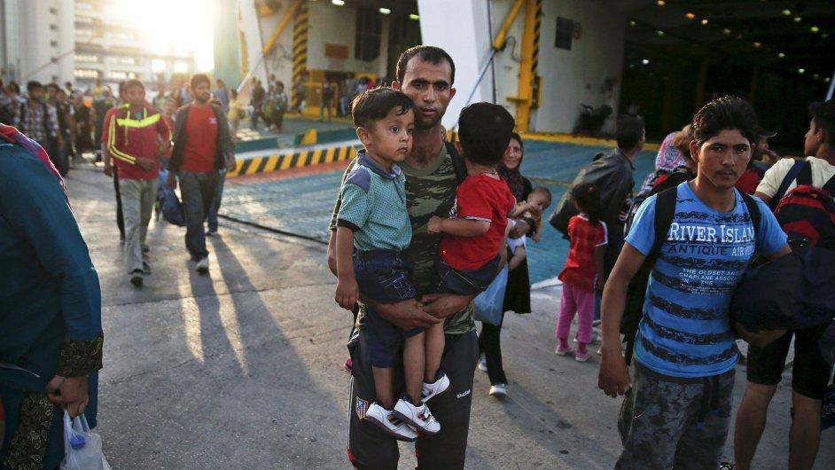 Afghánský uprchlík se svými dvěma syny vystupuje z trajektu blízko Athén na své cestě do Evropy.