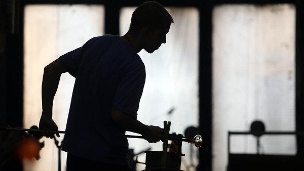 Česká republika se umístila vtop 10 zemích snejšťastnějšími zaměstnanci. Na ilustračním snímku zaměstnanec skláren Moser.
