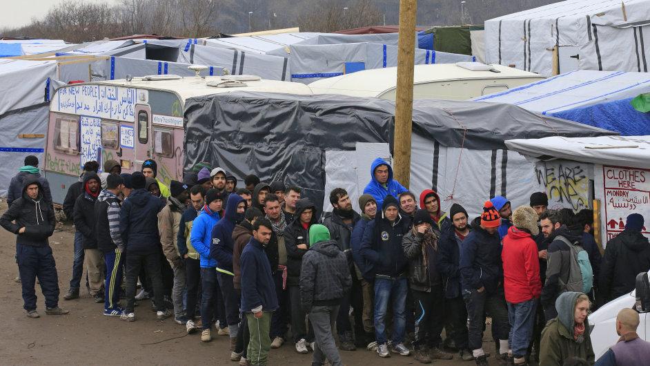 Uprchlíci ve francouzském táboře Calais.