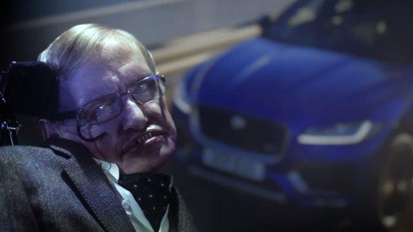 Stephen Hawking hraje ďábelského zločince v reklamě na Jaguar
