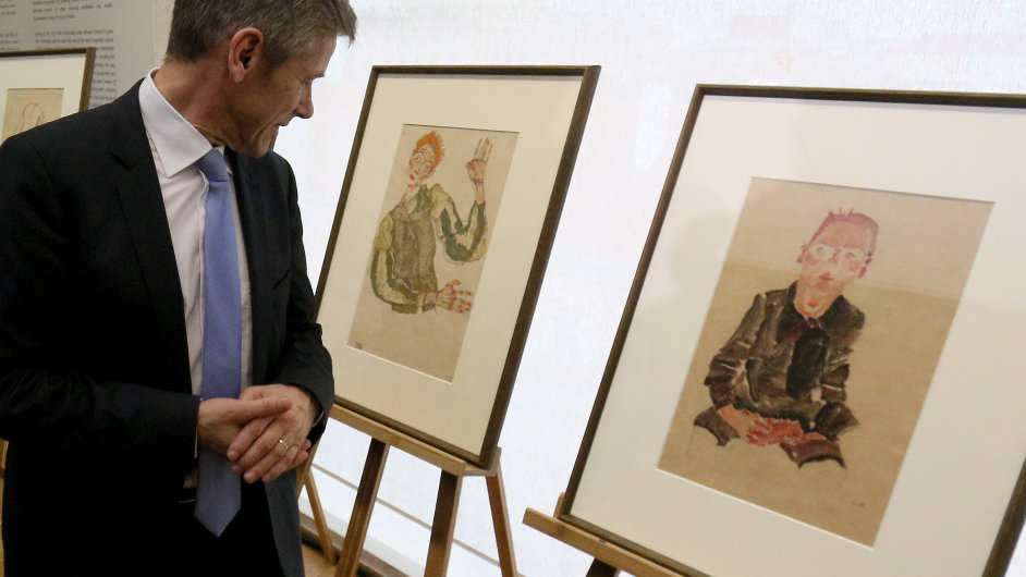 Rakouský ministr kultury Josef Ostermayer si prohlíží kresby Egona Schieleho, které připadnou dědičce původního židovského majitele.