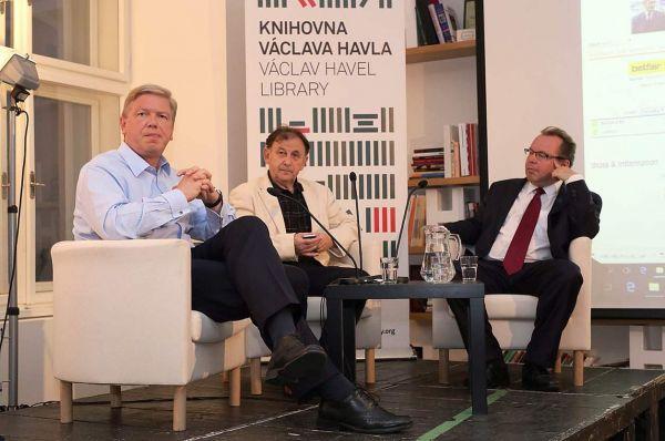 Historik z Filosofické fakulty UK Martin Kovář i bývalý eurokomisař Štefan Füle