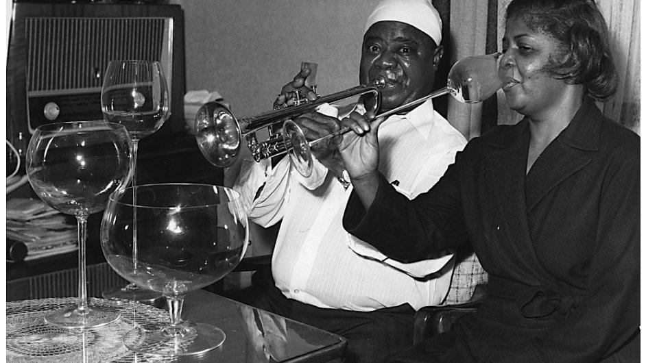 Louis Armstrong s manželkou ve společnosti Obřích číší, rok 1960