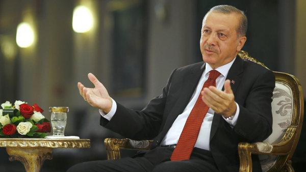 Turecký prezident Erdogan za svou popularitu vděčí do velké míry schopnosti zvyšovat životní standard běžných obyvatel. Nyní ale hrozí, že se životní úroveň začne opět zhoršovat.