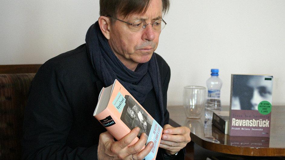 Steve Sem-Sandberg na snímku z loňského května s českým překladem románu Vyvolení, jejž vydalo nakladatelství Paseka.