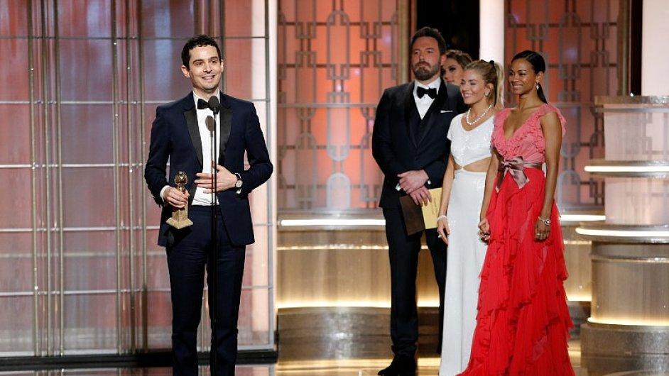 Na snímku z předávání Zlatých glóbů je režisér filmu La La Land Damien Chazelle (vlevo).