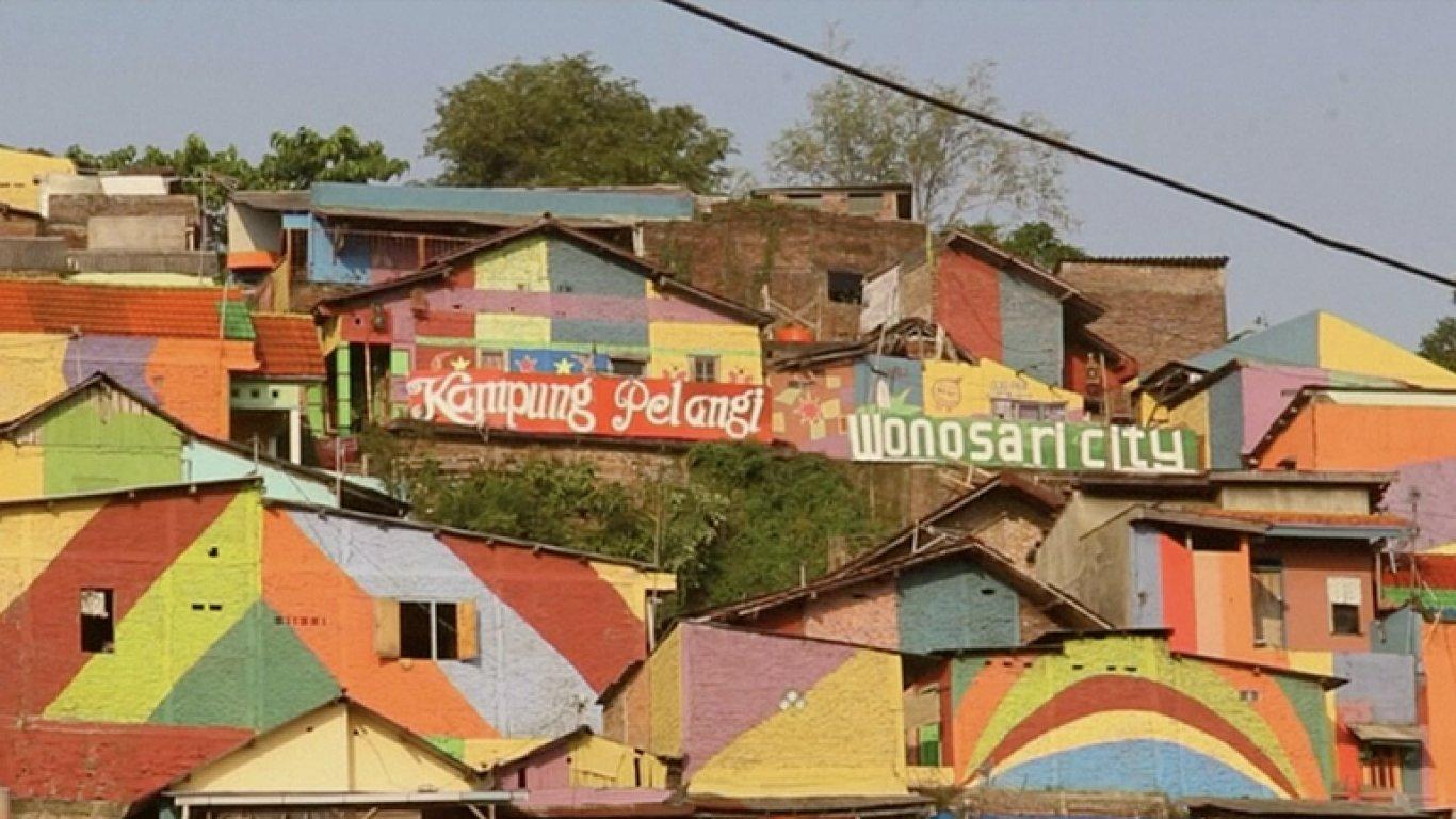 Lidé si přemalovali slum. Teď se mu říká Duhová vesnice a láká turisty.
