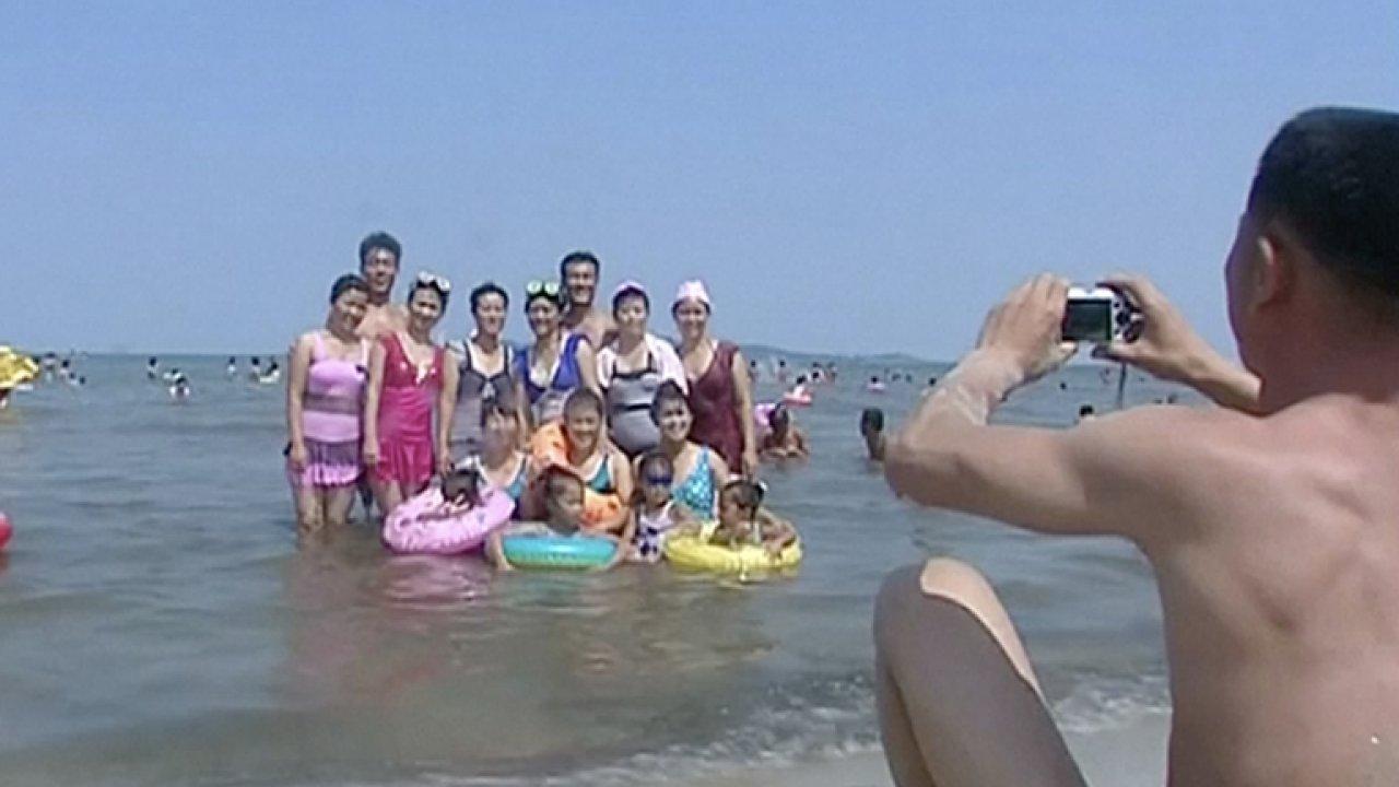 Cestování do Severní Koreje. Na odpalové pláži se sluní turisté