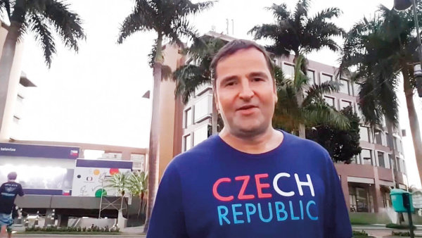Komentátor Robert Záruba patřil mezi novináře, kteří točili reportáže na zapůjčený mobil od Samsungu.