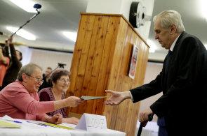 Prezidentské volby obrazem: Zeman volil za přísných bezpečnostních opatření. Tentokrát se polonahá žena asi odnikud nevyřítí, žertoval