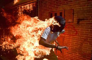 Podívejte se na nejlepší fotografie roku. Vítězem World Press Photo je snímek hořícího demonstranta ve Venezuele