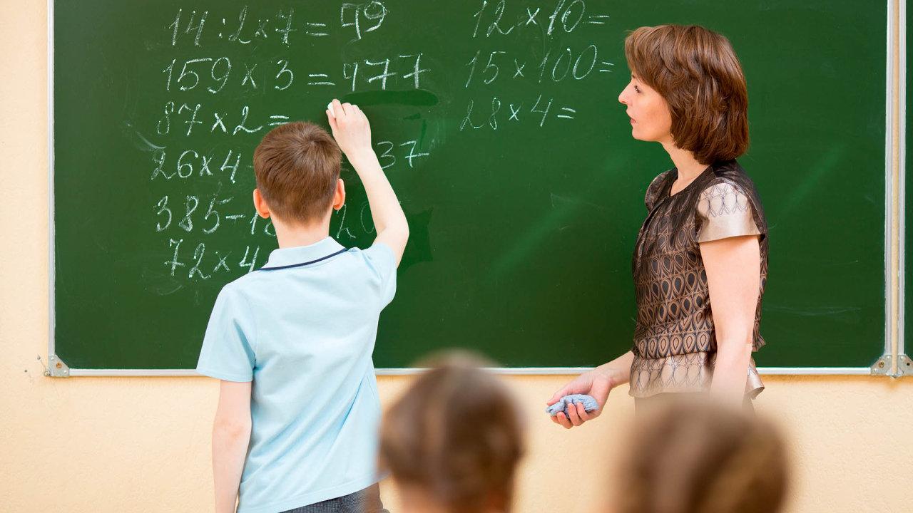 Odbory žádají naplaty pro učitele o15 procent víc peněz než letos. Vláda chce zvýšit platy ve státní sféře celkem o 10 procent.
