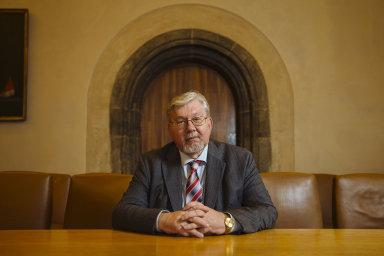 Aleš Gerloch, specialista na teorii práva a prorektor Karlovy univerzity, prezidentovu nabídku kandidatury na ústavního soudce předběžně přijal.