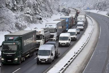 Odstavené kamiony blokují dálnici D1 poblíž obce Jiřice mezi Humpolcem a Koberovicemi na Pelhřimovsku.