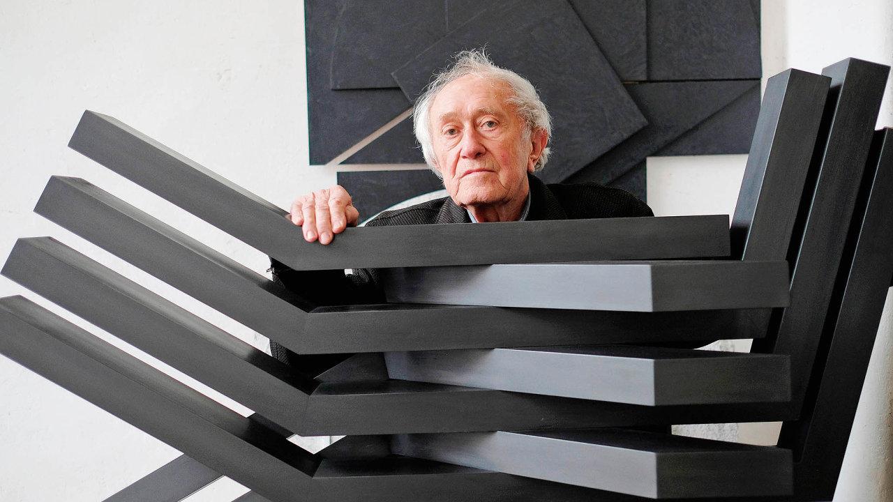 Stanislav Kolíbal ve svém ateliéru se sochou Křídla, kterou vytvořil v roce 1963