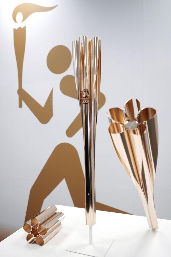 Olympijská pochodeň pro letní hry v Tokiu v roce 2020 je ve tvaru lístků sakury.