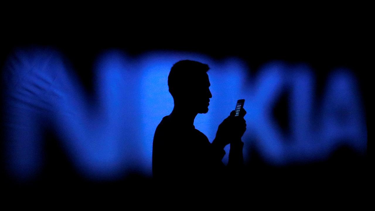 Nokia vykázala čtvrtletní ztrátu, její akcie výrazně klesly.