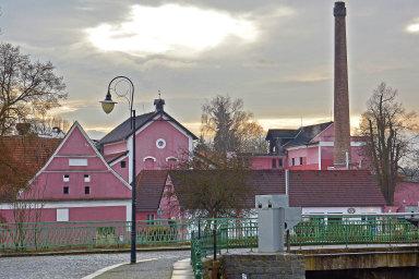 Areál blatenského pivovaru alihovaruodděluje odrenesančního vodního zámku řeka Lomnice.