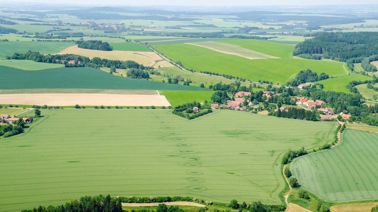 Pozemkové úřady budou zapůdu nově platit tržní ceny. Dříve mohly nabídnout jen ty tabulkové, a nebyly tak konkurenceschopné.