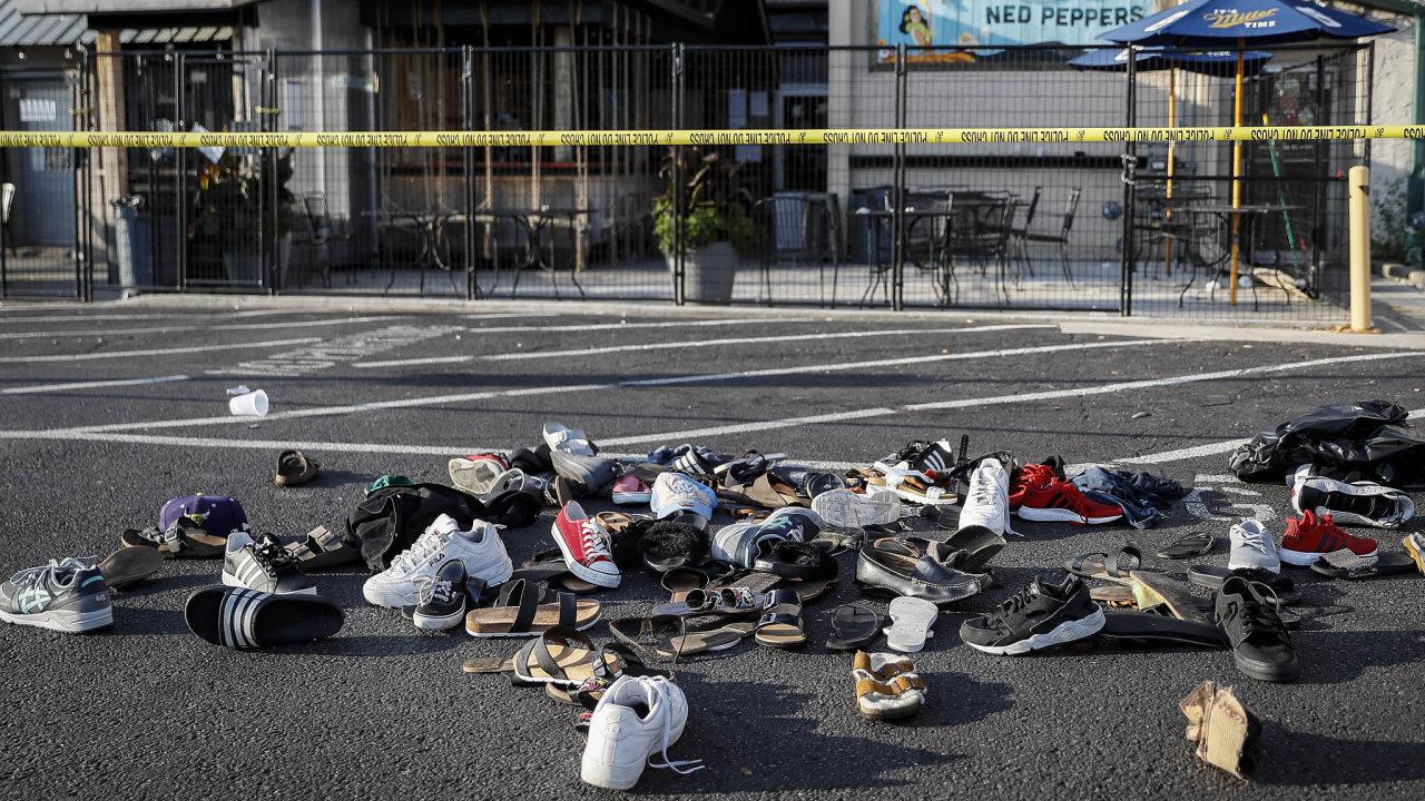 Devět mrtvých atéměř tři desítky zraněných zasebou zanechal střelec vohijském městě Dayton. Policisté ho přitom stačili zneškodnit už necelou minutu poté, co spustil palbu.