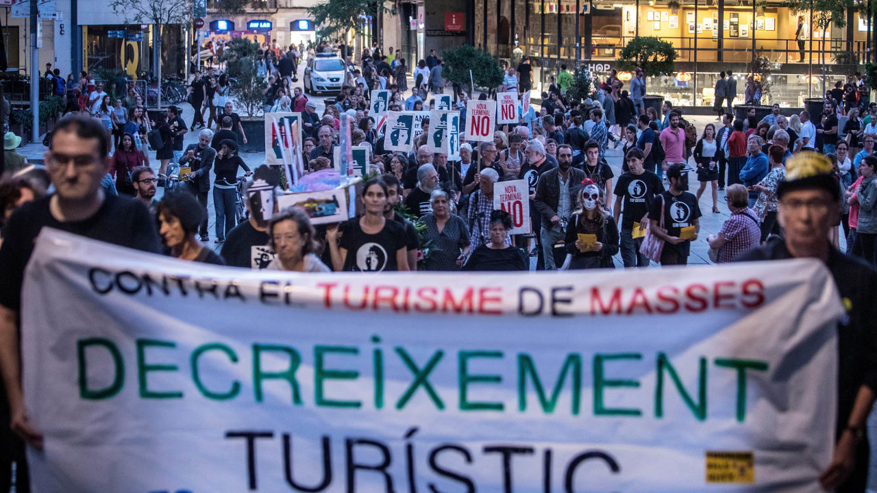 Už vás tady nechceme! Demonstrace proti extrémnímu počtu turistů v Barceloně.