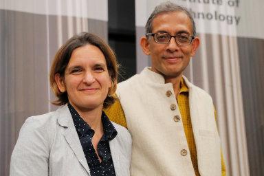 Laureáti Nobelovy ceny za ekonomiku Abhijit Banerjee, Esther Duflová (oba na snímku) aMichael Kremerbyli oceněni zanaplňování Marshallovy myšlenky.