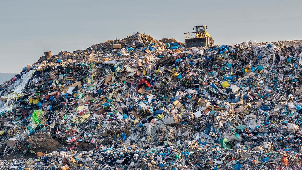 Zatunu uloženého komunálního odpadu náleží obci, najejímž území se skládka nachází, poplatek 500 korun.