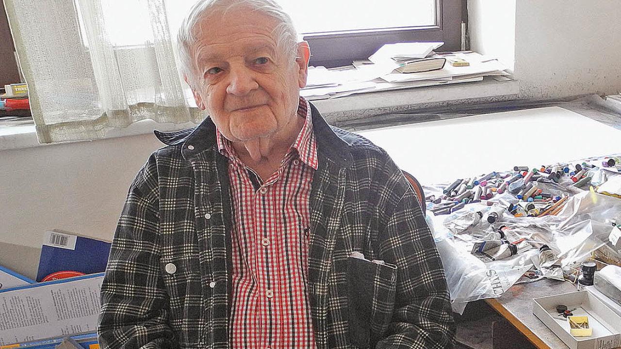 Karel Malich ve svém ateliéru v Uhříněvsi u stolu, kde trávil většinu času. Pracovní zátiší tvořily tužky, pastely, nejrůznější barvy, lepidla a archy papíru, jež pokrýval svými originálními vizemi.