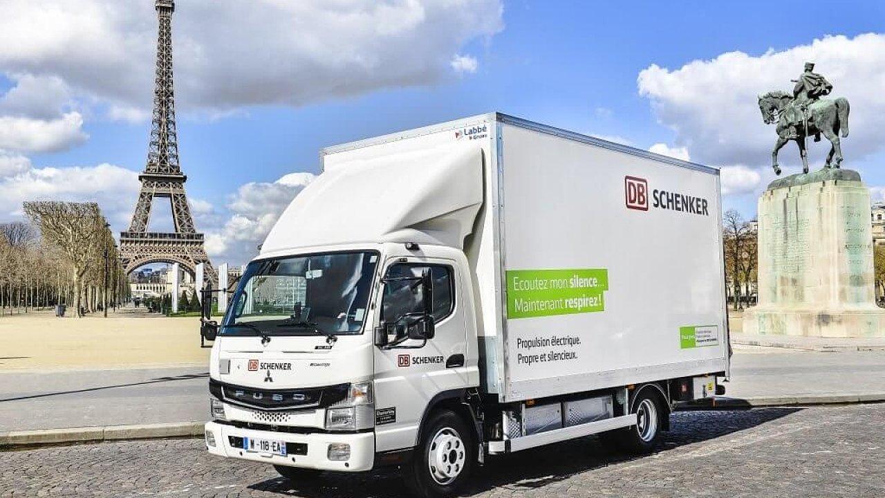 Elektrické nákladní vozidlo eCanter v Paříži.