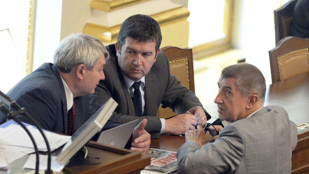 Ikdyž to vypadá, že to mezi stranami vládní koalice skřípe, vědí, že se vzájemně potřebují. Aplatí to ipro KSČM, která vládu podporuje. Nasnímku zroku 2017 jsou předsedové Filip, Hamáček aBabiš.