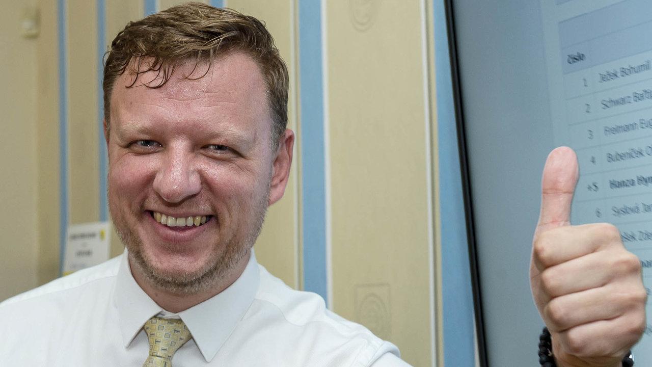 Stal se jeho nástupcem naradnici, nyní zesnulého předsedu Senátu Jaroslava Kuberu nahrazuje teplický primátor Hynek Hanza (ODS) ivhorní komoře parlamentu.