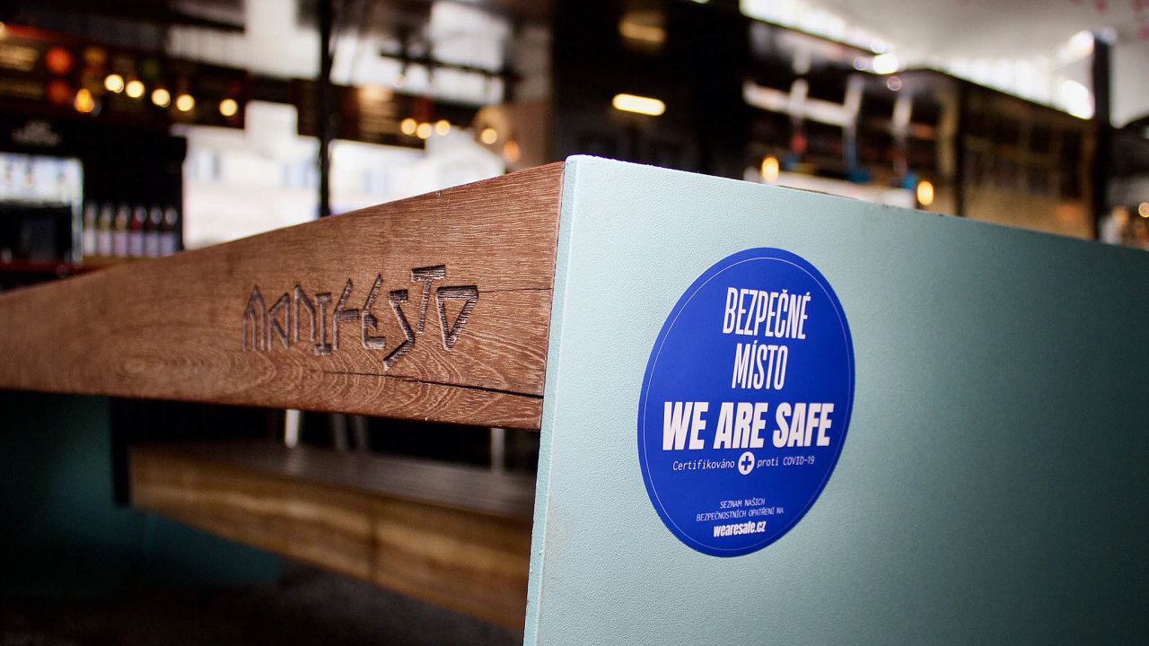 Modré nálepky zákazníkům ukazují, že je podnik hygienicky v pořádku a že v něm nehrozí šíření nákazy. Mezi první certifikovaná místa patří koncept restaurací a stánků pouličního občerstvení Manifesto v Praze.
