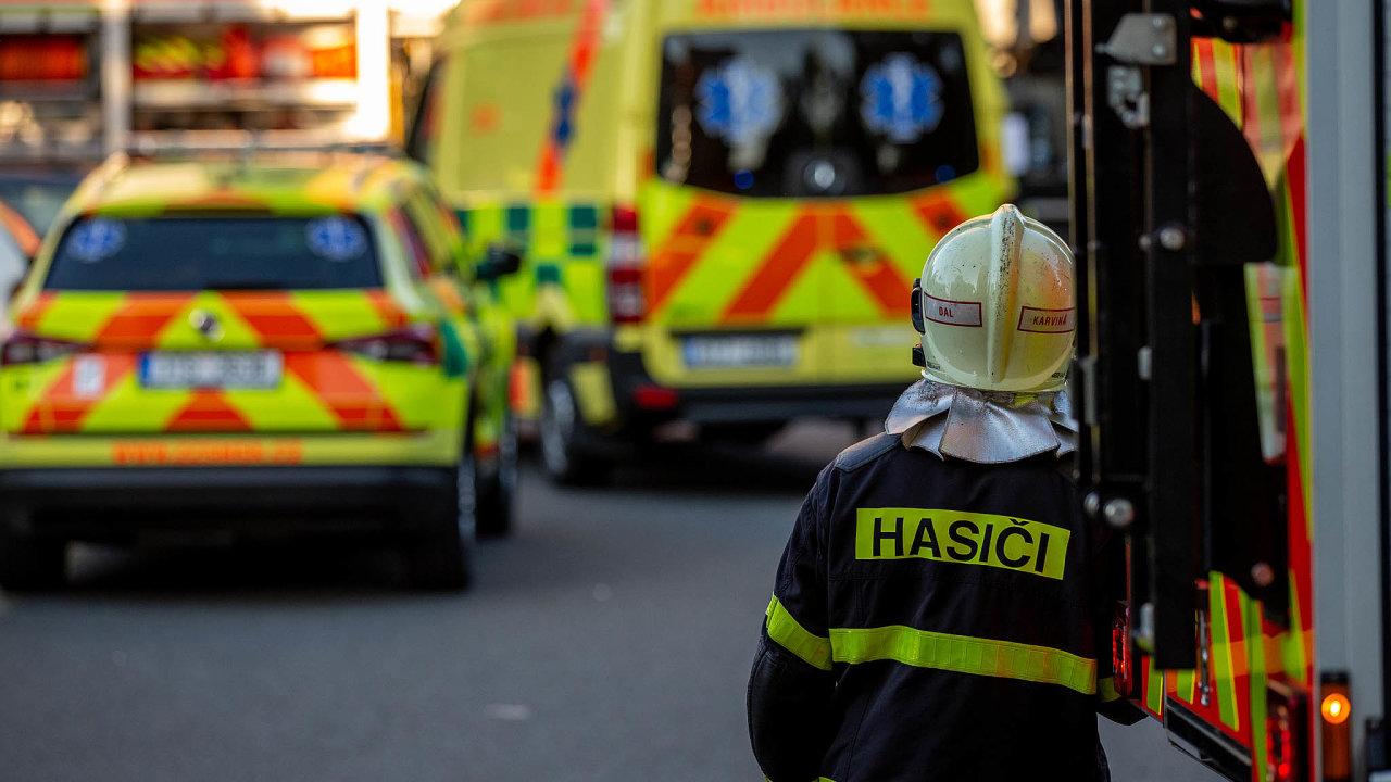 Hasiči a sanitky zasahují 8. srpna u panelového domu v Bohumíně, kde při požáru zahynulo 11 lidí.