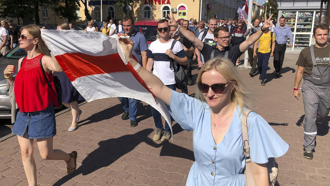 Největší závody stávkují: Dělníci největších běloruských firem, jako je Minský automobilový závod, přestali Lukašenka podporovat.