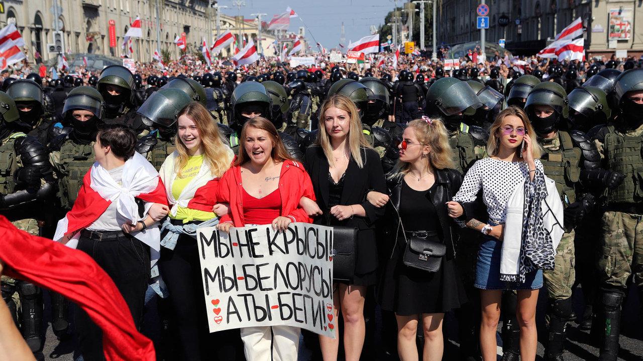 Bělorusky vprvní linii: Tváří běloruských protestů jsou ženy, které svými těly brání demonstranty před policií.