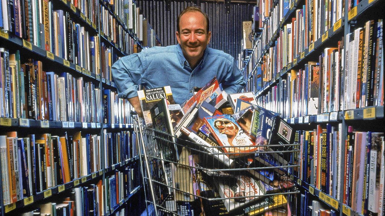 Vládce internetového byznysu Jeff Bezos v roce 1998 ve skladu v Seattlu. Tři roky předtím jeho Amazon.com prodal svou první knihu. Dnes tvoří knihy méně než 10 procent obratu firmy.