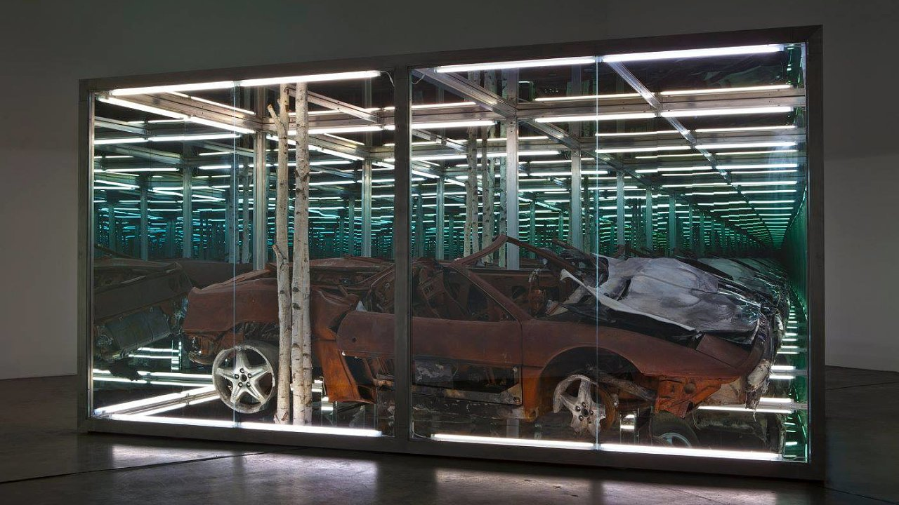 Socha Kalos Thanatos (Krásná smrt) obsahující zapálené Ferrari 355 Spider.