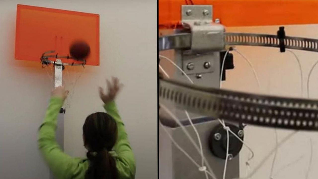 Basketbalový koš, který vyvinuli vědci zMassachusettského technologického institutu (MIT), odečítá úspěšnost střelby na koš spomocí senzorů umístěných na odrazové desce.
