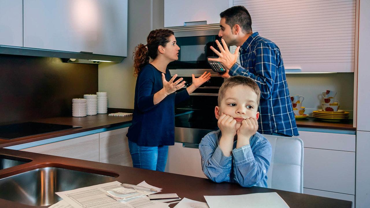 Lepší je odložit emoce. Opatrovnické soudy jsou zahlcené amají snahu vyřizovat spory rychle. Rodič, který má platit, by se naně měl připravit vklidu adůkladně.