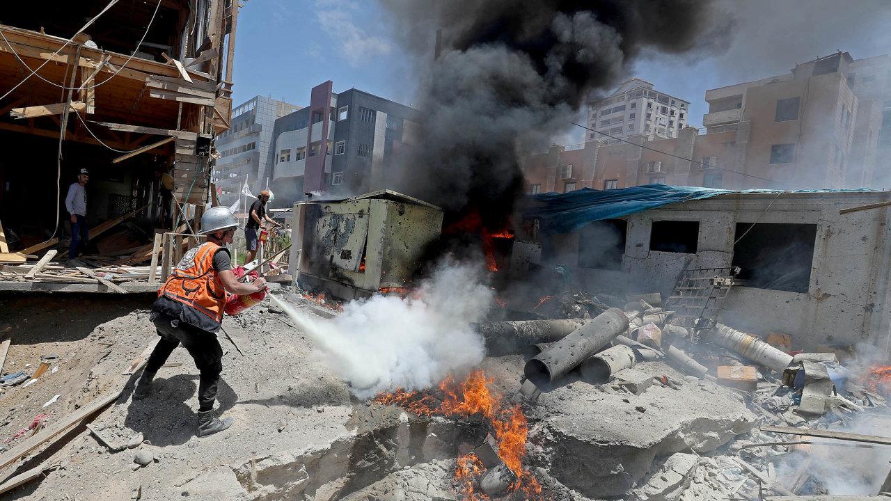 Palestinský hasič zasahuje při požáru po dopadu izraelských raket do Pásma Gazy.