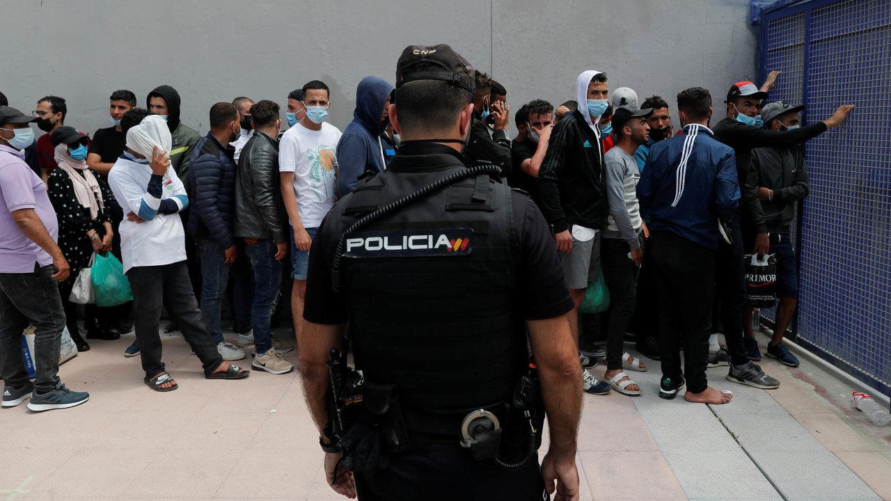 Migranti ze severní Afriky se shromažďují ve španělské enklávě Ceuta na pobřeží Středozemního moře.